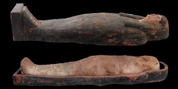 En öppen sarkofag med en kvinnlig mumie i