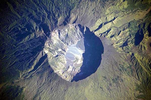 En satellitbild föreställande vulkanen Tamboras krater efter utbrottet 1815