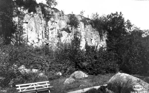 Äldre fotografi på en av flera ättestupor i närheten av Falköping