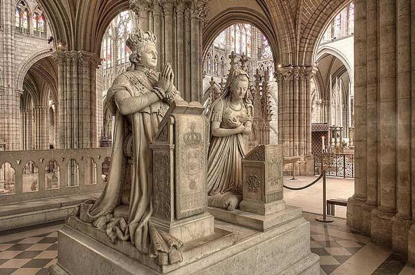 Monument med statyer föreställande Ludvig XVI och Marie-Antoinette