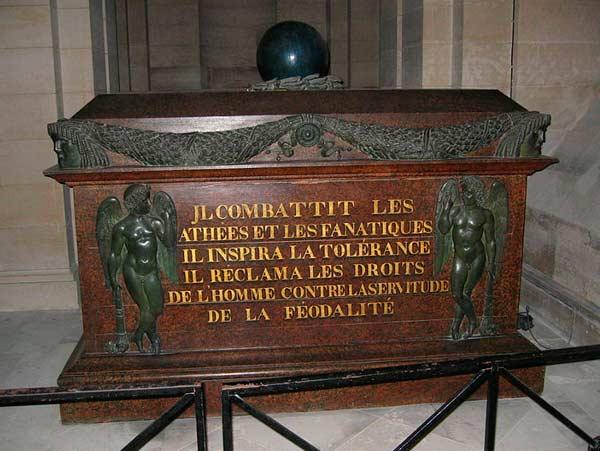 Voltaires sarkofag med två änglar och ett klot på toppen