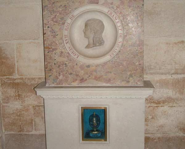 Gravmonument över Louis Charles, med en en relief av prinsen och hans hjärta i en urna av glas