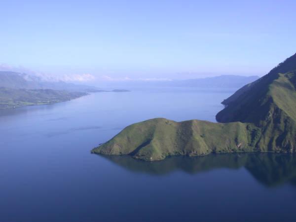 Bild föreställande bergsformationer i Tobasjön