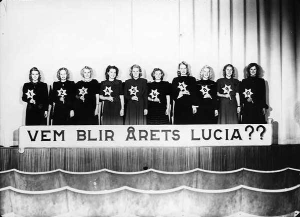 Svartvitt fotografi föreställande 10 Luciakandidater