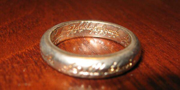 Fotografi föreställande kopia av ringen från Sagan om ringen
