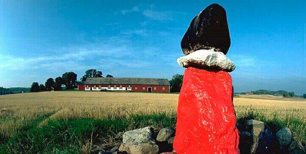 Fotografi föreställande Röstensgubben, tre stenar i rött, vitt och svart placerade på varandra