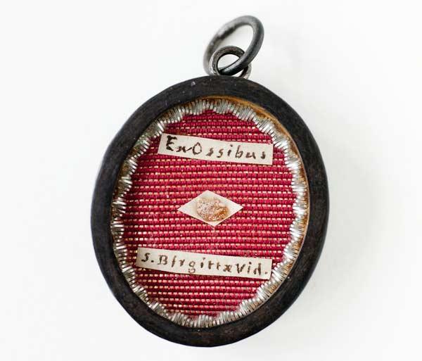 Relikdosa i silver med en liten benbit