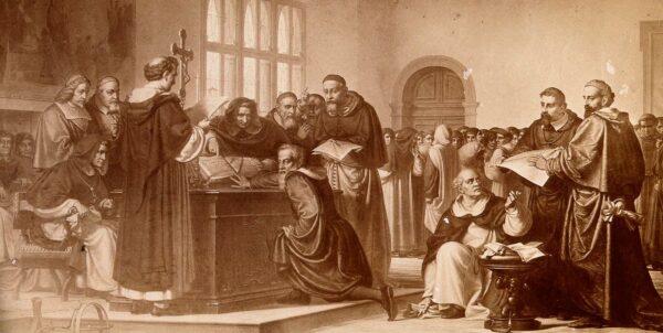 Galileo Galilei knäfaller framför ett bord med en bok, runt omkring står munkar och präster