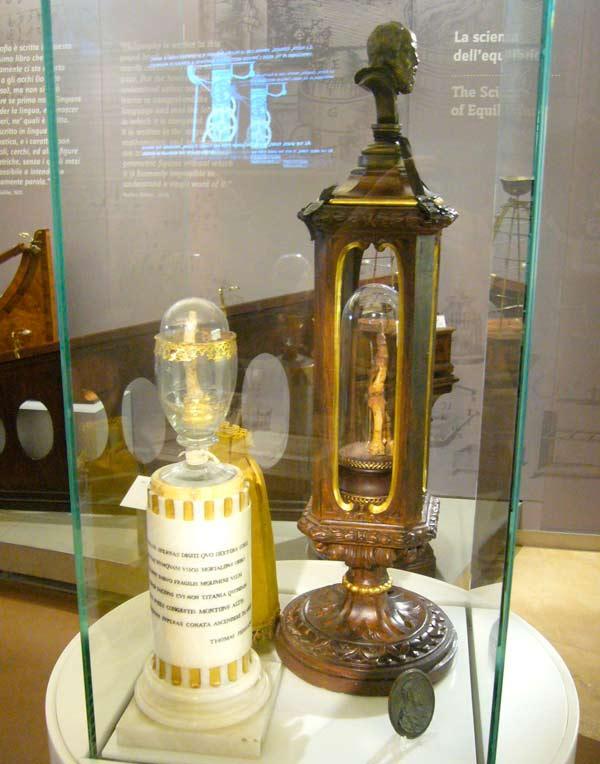 Två relikskrin med fingrar tillhörande Galileo Galilei