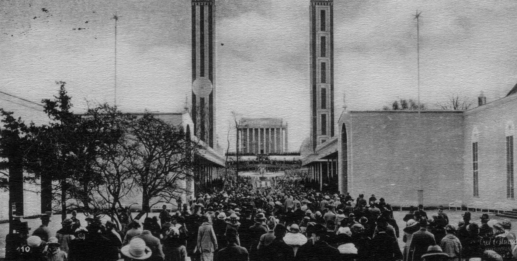 Fotografi föreställande entrén till utställningsområdet med mycket människor på väg in