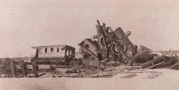 Fotografi visande två helt förstörda lokomotiv i snö efter järnvägsolycka vid Lagerlunda
